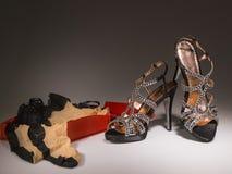 Zapatos atractivos de las mujeres del cóctel con la caja roja Imagenes de archivo