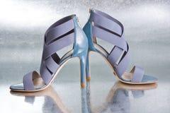 Zapatos azules atractivos foto de archivo libre de regalías