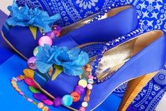 Zapatos azules con el collar Imágenes de archivo libres de regalías