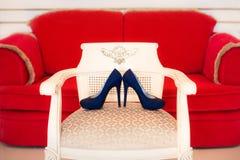 Zapatos azules de los tacones altos del diseñador Foto de archivo