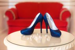 Zapatos azules de los tacones altos del diseñador Imagen de archivo libre de regalías