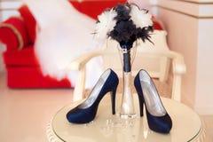 Zapatos azules de los tacones altos del diseñador Fotos de archivo libres de regalías