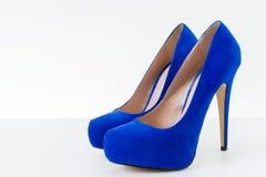 Zapatos azules del alto talón Imagenes de archivo