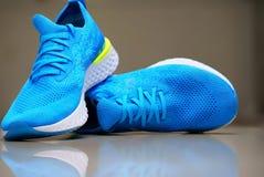 Zapatos azules del funcionamiento o del deporte foto de archivo
