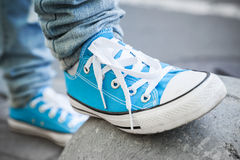 Zapatos azules a estrenar, tema que camina urbano Foto de archivo libre de regalías