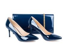 Zapatos azules hermosos con los embragues en blanco aislados Imagenes de archivo