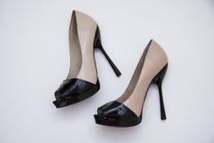 Zapatos beige en piso Imágenes de archivo libres de regalías