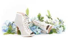 Zapatos blancos con las flores azules Imágenes de archivo libres de regalías