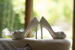 Zapatos blancos con las joyas imagenes de archivo