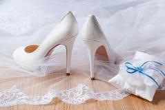 Zapatos blancos de la boda. Imagen de archivo