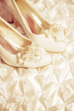 Zapatos blancos de la boda Fotos de archivo libres de regalías