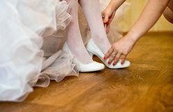 Zapatos blancos de la boda Imágenes de archivo libres de regalías
