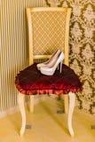 Zapatos blancos de la boda Fotos de archivo