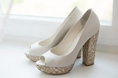 Zapatos blancos de la boda Imagenes de archivo