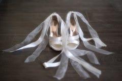 Zapatos blancos de la boda de las novias   Fotografía de archivo libre de regalías