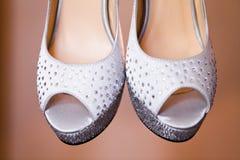 Zapatos blancos de las novias Foto de archivo libre de regalías
