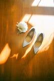 Zapatos blancos del primer de la novia Foto de archivo libre de regalías
