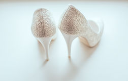 Zapatos blancos del primer de la novia Fotografía de archivo