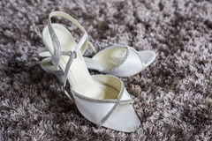 Zapatos blancos femeninos de la boda Foto de archivo
