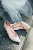 Zapatos blancos hermosos de la boda para las novias Imagen de archivo