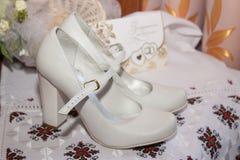 Zapatos blancos hermosos de la novia Fotos de archivo libres de regalías