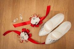 Zapatos blancos hermosos de la novia con otros apoyos Foto de archivo