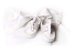 Zapatos blancos para el pequeño bebé Fotografía de archivo libre de regalías
