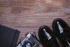 Zapatos, cámara retra y libreta Fotografía de archivo