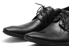Zapatos clásicos de los hombres negros en el fondo blanco Foto de archivo libre de regalías