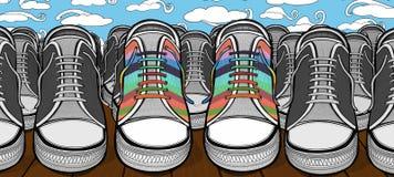 Zapatos colorido emparejados en una muchedumbre de pares de zapatos idénticamente similares Imagenes de archivo