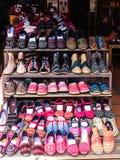 Zapatos coloridos de la tela de la tribu de la colina en Chiang Mai, Tailandia Foto de archivo