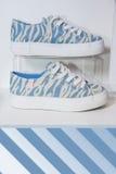 Zapatos coloridos de las mujeres en el estante en la tienda Foto de archivo libre de regalías