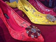 Zapatos coloridos del ` s de las mujeres de dolce and gabbana en la exhibición en tienda Imágenes de archivo libres de regalías