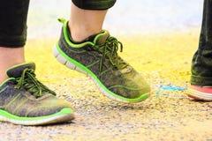 Zapatos coloridos en el camino colorido Imágenes de archivo libres de regalías