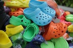 Zapatos coloridos en mercado de pulgas Imagen de archivo