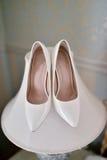 Zapatos coloridos hermosos de la boda para la novia dentro Imagenes de archivo