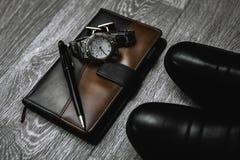 Zapatos con el reloj y la libreta Foto de archivo