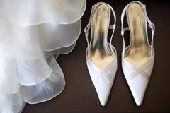 Zapatos con el vestido de boda fotos de archivo