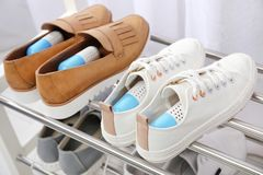 Zapatos con los ambientadores de la cápsula en el estante Imagen de archivo libre de regalías