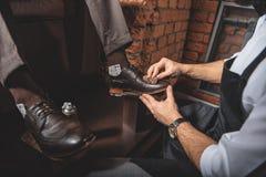 Zapatos con los naipes protectores en lados Fotografía de archivo libre de regalías