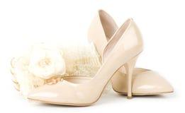 Zapatos, cordón, bolso y granos nupciales Foto de archivo libre de regalías