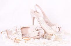 Zapatos, cordón y granos nupciales Foto de archivo libre de regalías