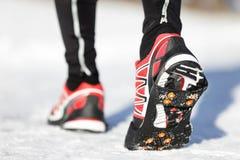 Zapatos corrientes en nieve Foto de archivo libre de regalías