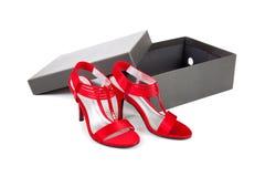Zapatos de alineada atractivos, rojos en un fondo blanco Imagenes de archivo