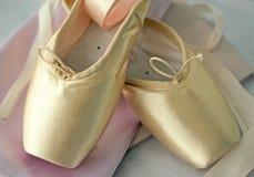 Zapatos de ballet de Pointe con las cintas Imagenes de archivo