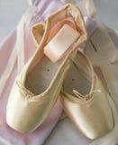 Zapatos de ballet de Pointe con las cintas Fotos de archivo libres de regalías