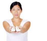 Zapatos de bebé asiáticos hermosos de la explotación agrícola de la madre Imagenes de archivo