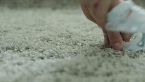 Zapatos de bebé azul que bailan en la alfombra gris Cierre para arriba almacen de video