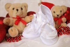 Zapatos de bebé blancos Imagenes de archivo