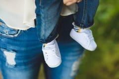 Zapatos de bebé blancos Foto de archivo libre de regalías